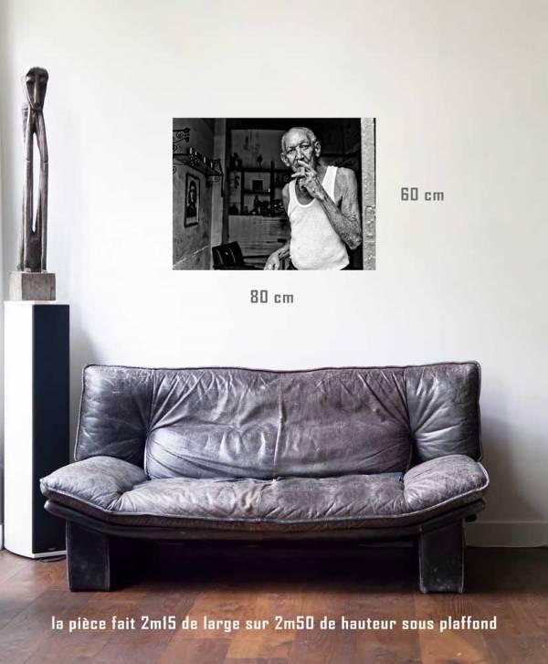 Le vieil homme aux souvenirs-tirage en situation-80 x 60- Cuba, au delà des couleurs par Justine Darmon