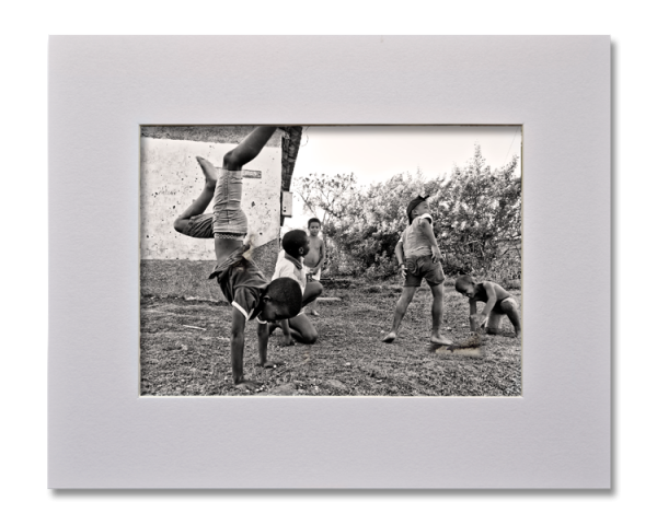 Les petits acrobates, Série au delà des couleurs par Justine Darmon