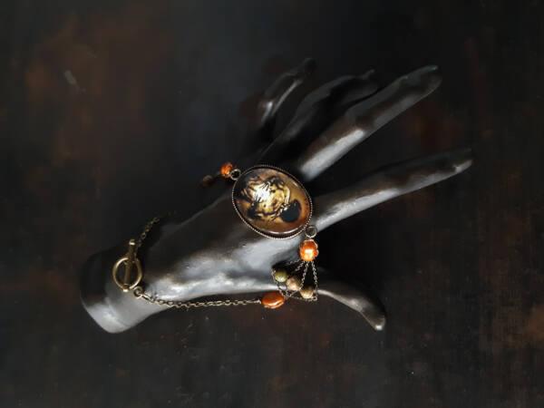 bracelet n2 sur petite main, les bijoux des lames du tarot